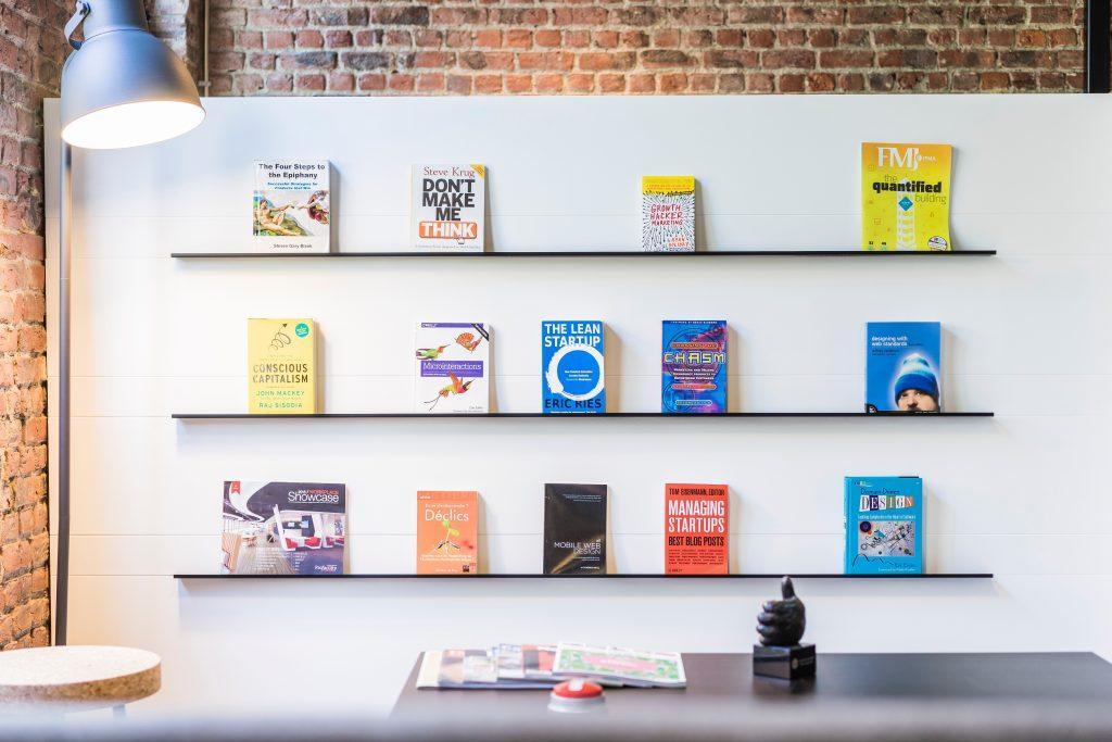 Sachbücher in einem Regal