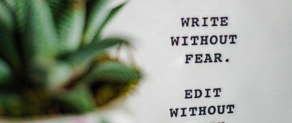 Ein Block auf dem steht write without fear edit without mercy