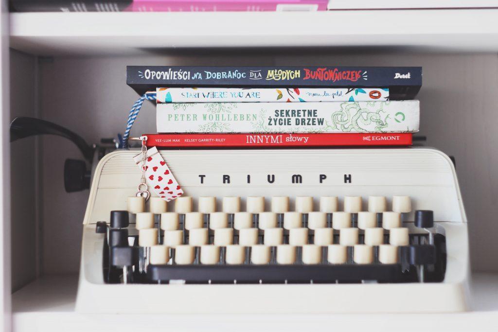 Schreibmaschine mit Büchern